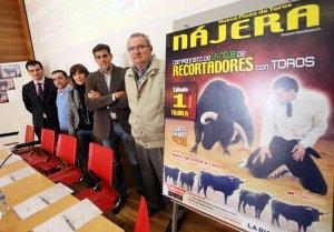Responsables del Gobierno de La Rioja y ayuntamientos junto a Carlos Bernabé, Director de Comunicación de Toropasión