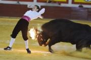 La madrileña Rocío Pulido recortando un toro embolado a fuego