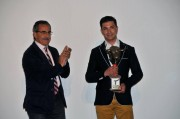 El zamorano Víctor Holgado recogiendo el premio a su trayectoria de manos del Alejandro García, alcalde Íscar