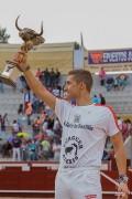 El vencedor posa orgulloso con su trofeo ante una afición entregada. Foto: Daniel Villar.