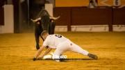Andrés Civera recibió a su toro de rodillas y a puerta gayola. Foto: Eva Sánchez.
