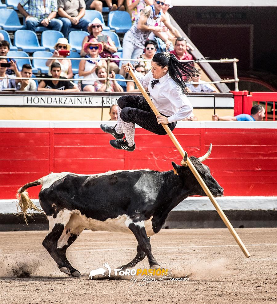 Sarita Ávila ejecutando el salto de la garrocha.