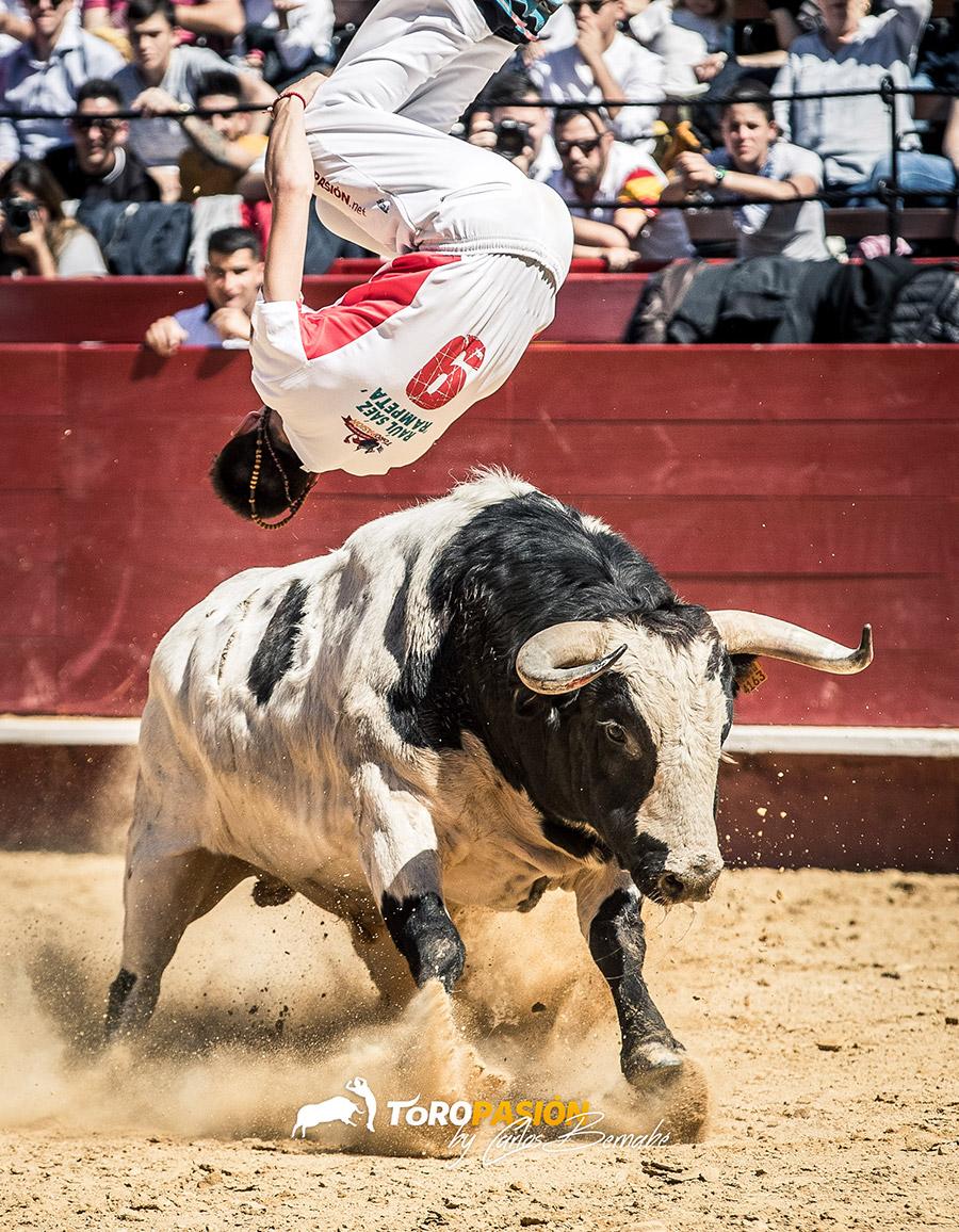 Salto de 'Rampeta' al precioso toro de la final.